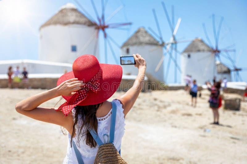 Женщина-путешественница фотографирует знаменитые ветряные мельницы, Ð стоковые изображения