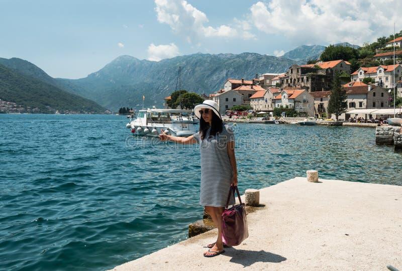 Женщина путешествовать на пристани Девушка ждет шлюпку на пристани стоковые изображения rf