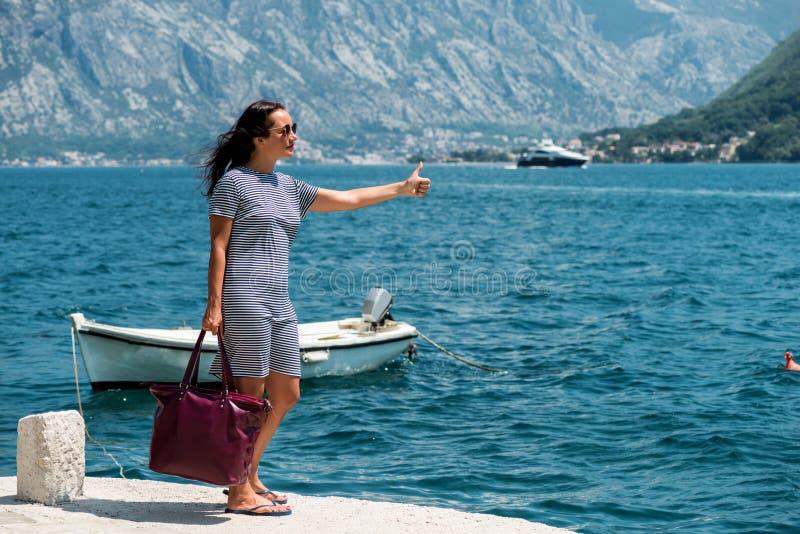 Женщина путешествовать на пристани Девушка ждет шлюпку на пристани стоковое изображение rf