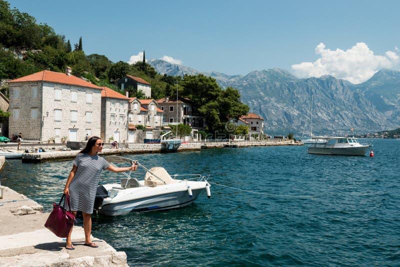 Женщина путешествовать на пристани Девушка ждет шлюпку на пристани стоковые фото