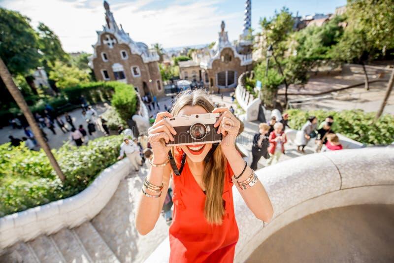 Женщина путешествуя в Барселоне стоковое изображение rf