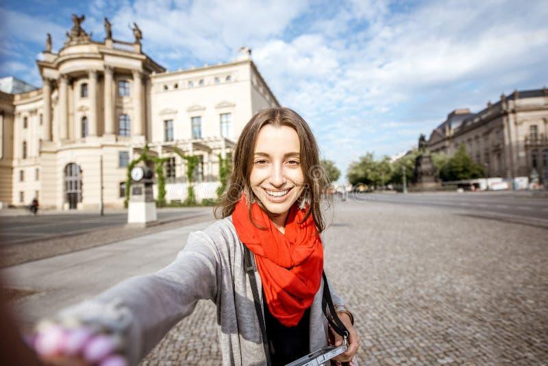 Женщина путешествуя в Берлине стоковые изображения