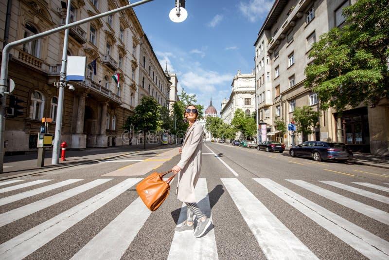 Женщина путешествуя в Будапеште стоковое изображение rf