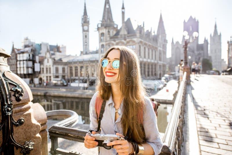 Женщина путешествуя в городке Gent старом, Бельгии стоковые изображения rf