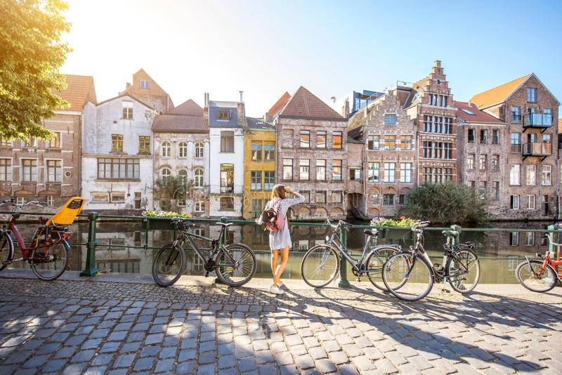 Женщина путешествуя в городке Gent старом, Бельгии стоковая фотография
