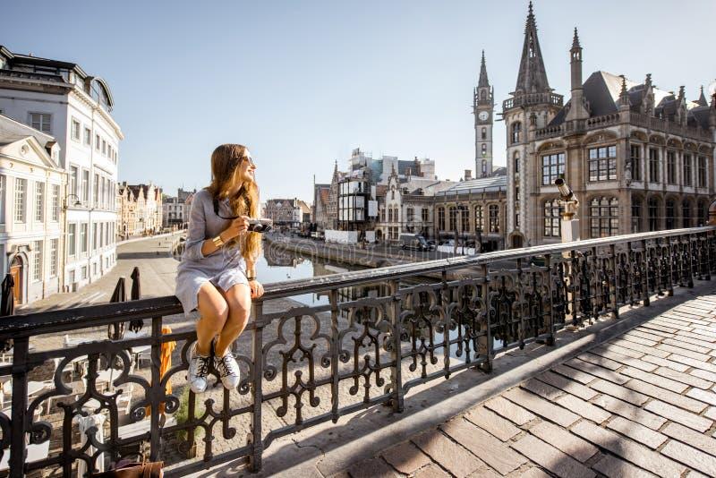 Женщина путешествуя в городке Gent старом, Бельгии стоковые изображения