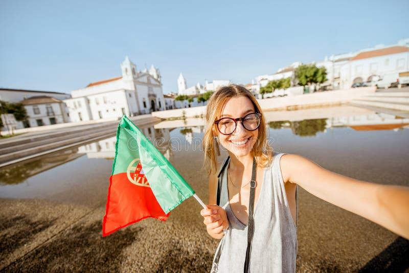 Женщина путешествуя в Лагосе, Португалии стоковое изображение rf
