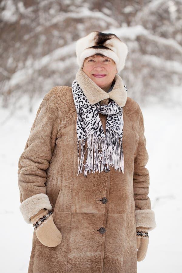 женщина пущи возмужалая зимняя стоковое фото