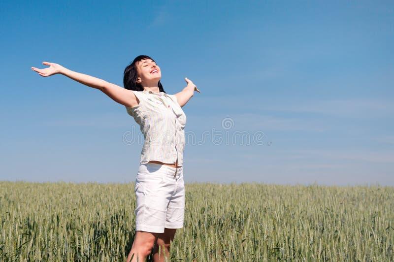 женщина пшеницы поля счастливая стоковые изображения