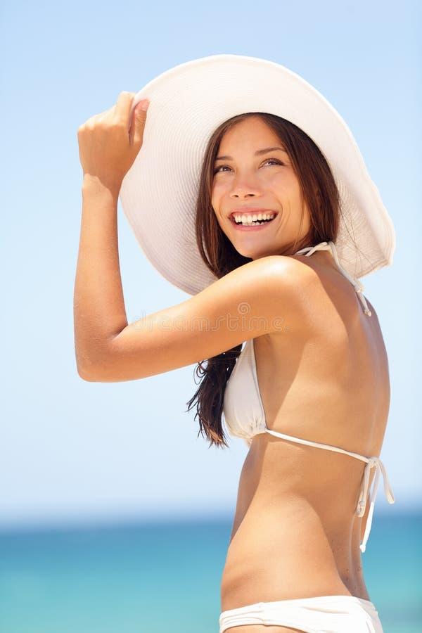 Женщина пляжа лета красивая с шляпой солнца стоковое фото rf