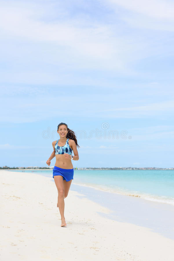 Женщина пляжа идущая делая разминку утра cardio стоковая фотография