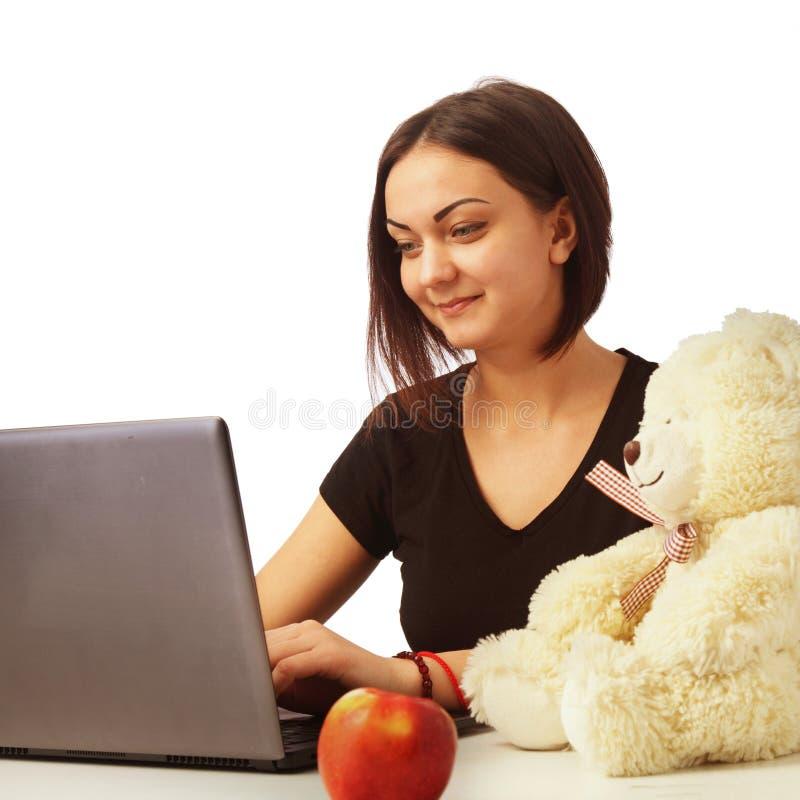 Женщина работает на компьютере (деле, деньгах, продукции, отчете стоковое изображение rf