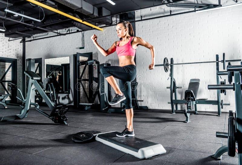Женщина работая в гимнастике стоковая фотография