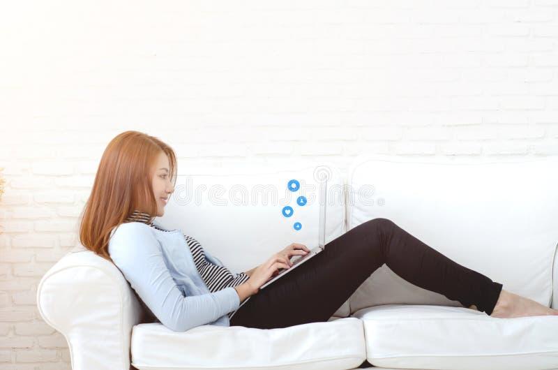 Женщина работая в ее комнате стоковая фотография rf