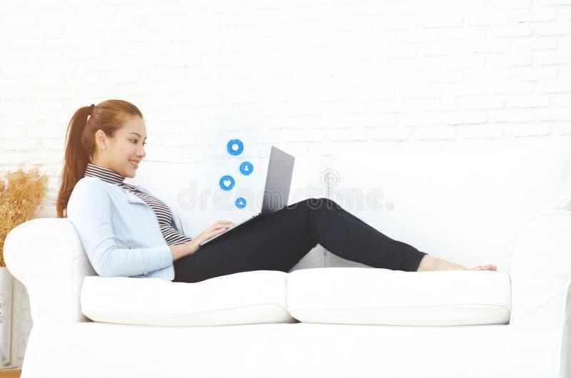 Женщина работая в ее комнате стоковое изображение