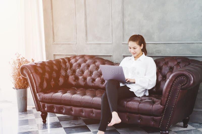 Женщина работая в комнате стоковые изображения