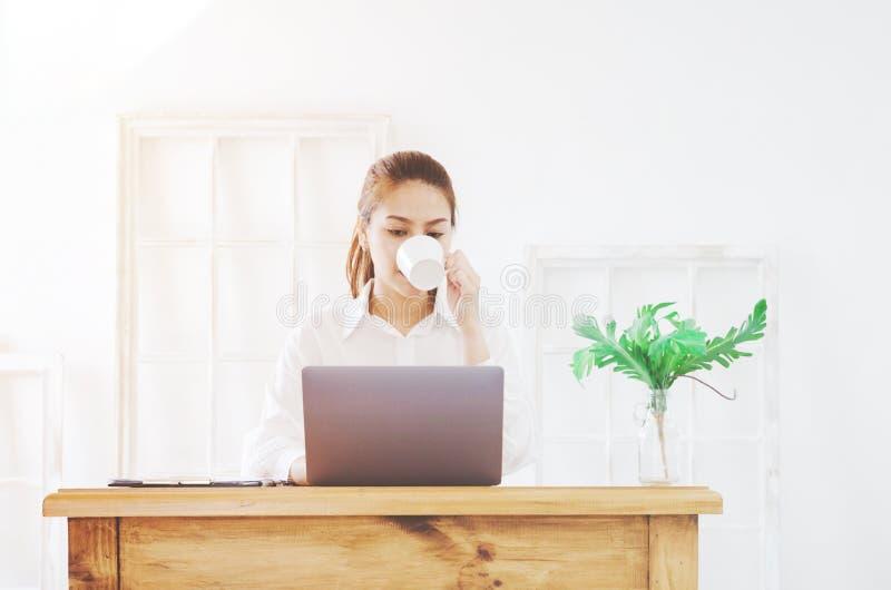 Женщина работая в комнате стоковое изображение rf