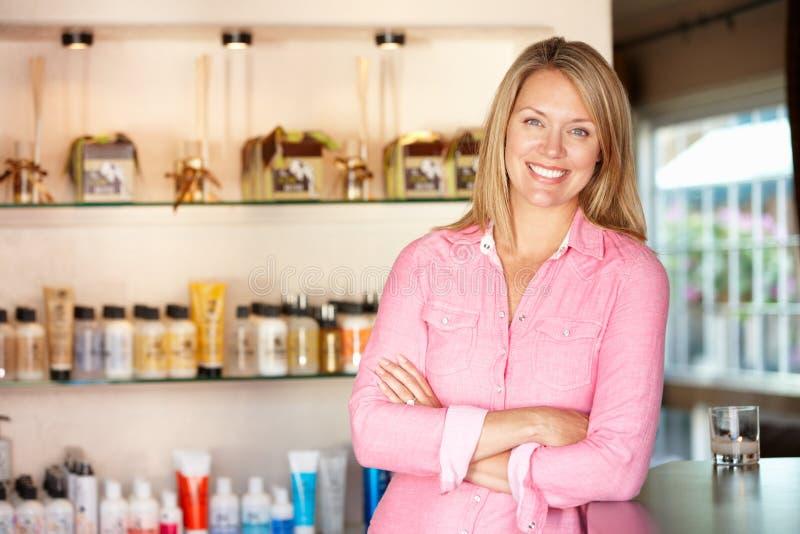 Женщина работая в салоне hairdressing стоковые фотографии rf