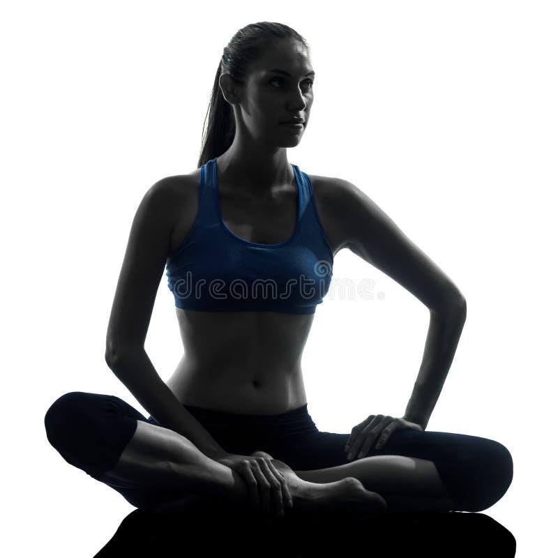 Женщина работая йогу meditating