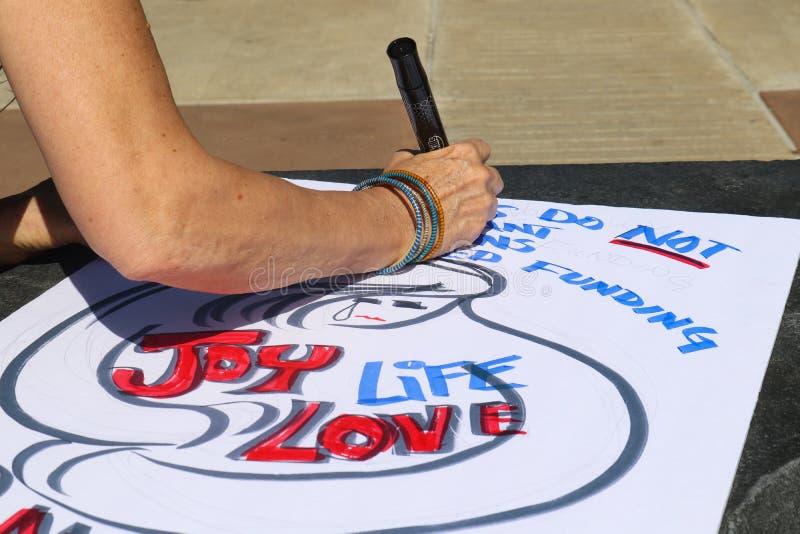 Женщина работая на знаке для протеста Tulsa Оклахомы США 3 в марте на всю жизнь 24 2018 стоковые изображения rf