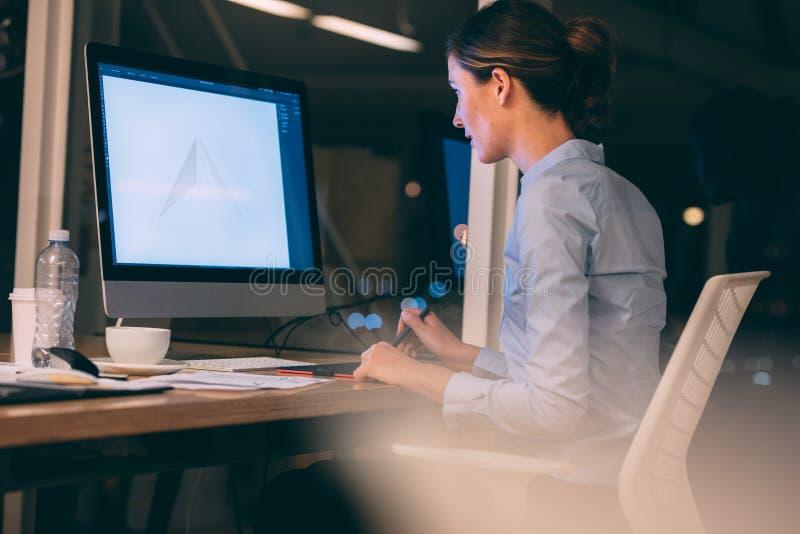 Женщина работая на компьютере на офисе стоковые фото