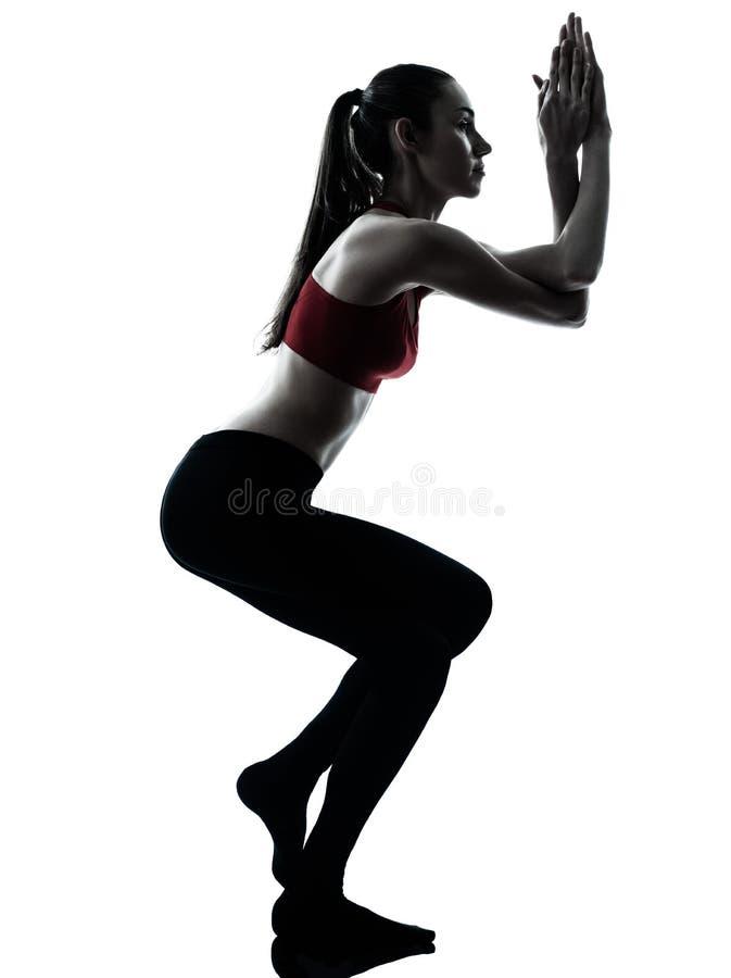 Женщина работая представление орла йоги стоковое фото rf