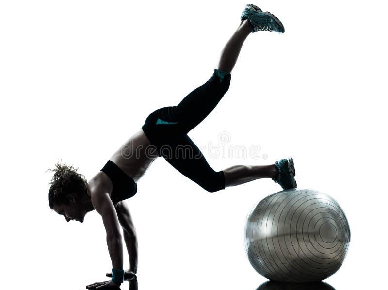 Женщина работая разминку шарика фитнеса стоковые фото