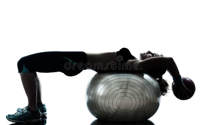 Женщина работая разминку шарика пригодности стоковая фотография