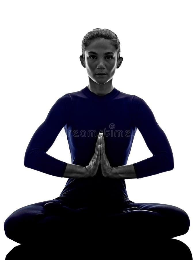 Женщина работая силуэт йоги представления лотоса Padmasana стоковые фото