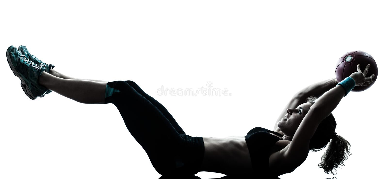 Женщина работая силуэт разминки шарика пригодности стоковое изображение