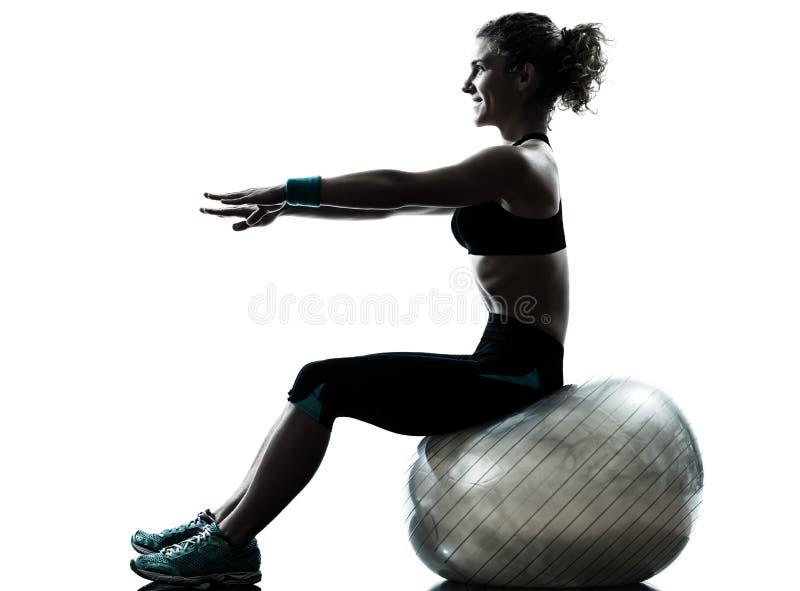 Женщина работая силуэт разминки шарика пригодности стоковое изображение rf