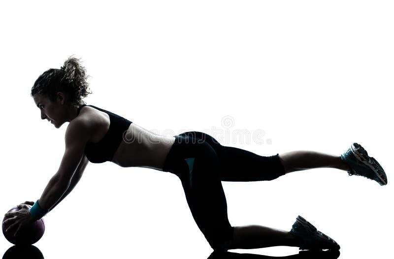 Женщина работая силуэт разминки шарика фитнеса стоковое изображение rf