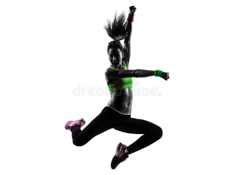 Женщина работая силуэт танцев zumba фитнеса скача стоковое фото