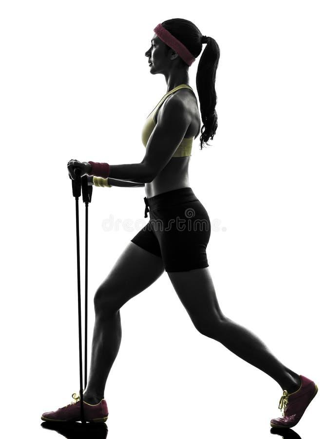 Женщина работая сопротивление разминки фитнеса соединяет силуэт стоковая фотография