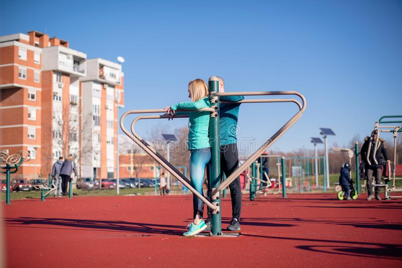 Женщина работая с инструктором фитнеса стоковая фотография