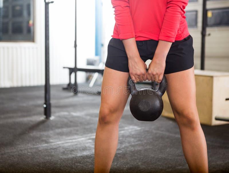 Женщина работая с Kettlebell в спортзале стоковое фото rf