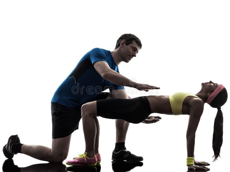 Женщина работая wi разминки фитнеса положения планки стоковые фото