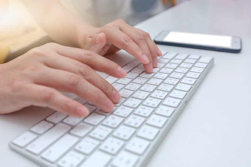 Женщина-работник, печатающая клавиатуру, работающая в офисе на клавиатуре стоковая фотография rf