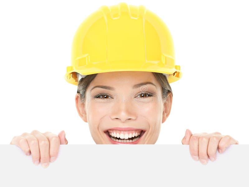 Женщина рабочий-строителя/инженера показывая знак стоковые фото