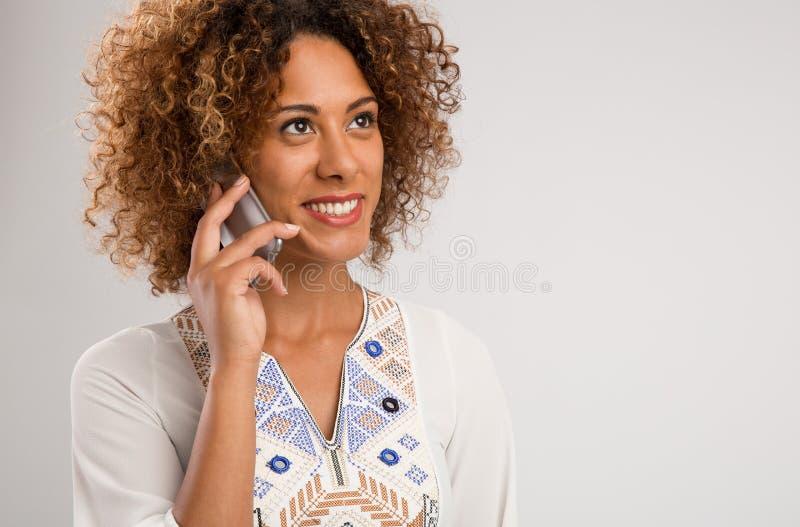 Женщина разговаривает по телефону стоковое изображение