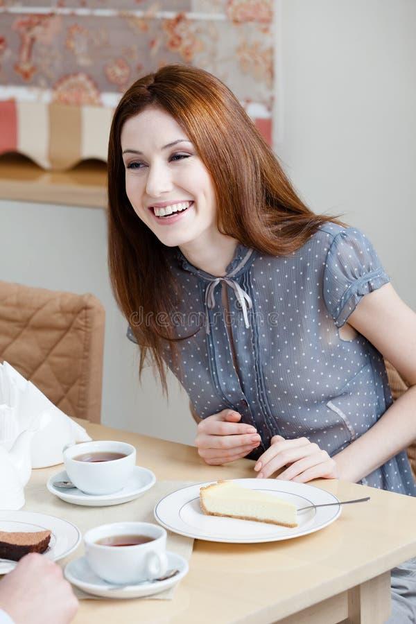 Женщина разговаривает с кто-то на ресторане стоковое изображение rf