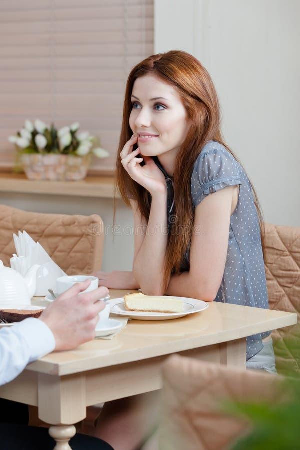 Женщина разговаривает с человеком на магазине стоковое изображение