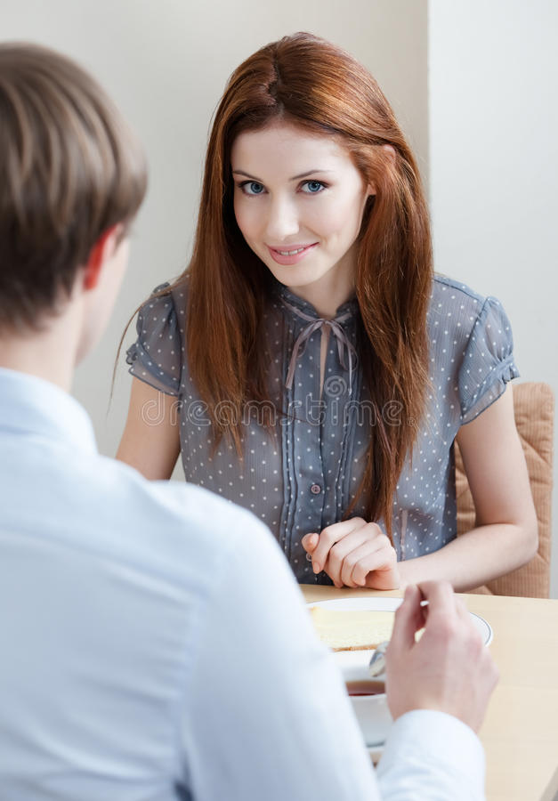 Женщина разговаривает с человеком на штанге кофе стоковое изображение