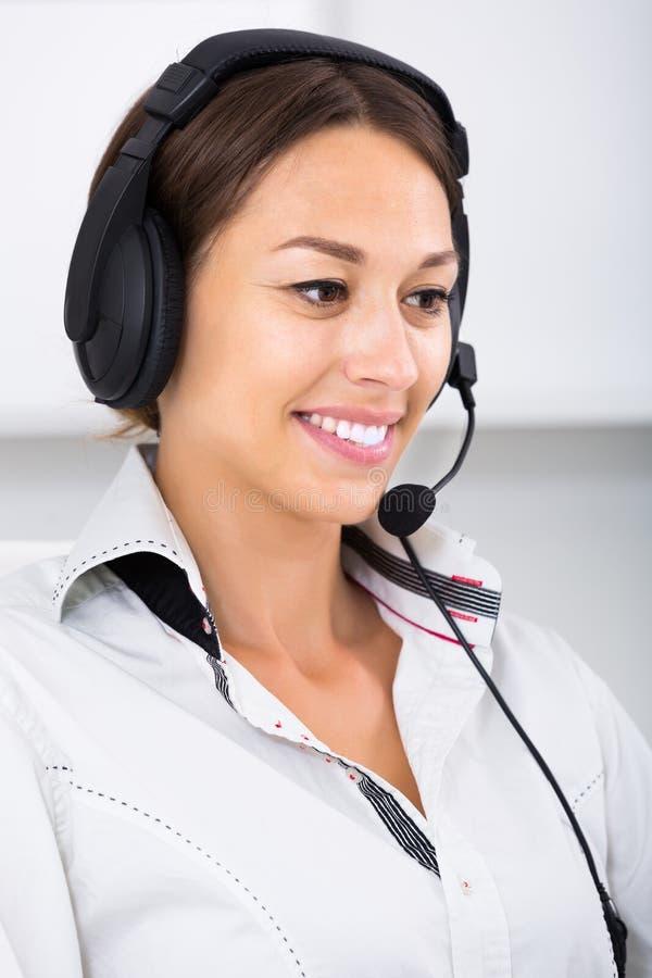 Женщина разговаривая с клиентом стоковые изображения