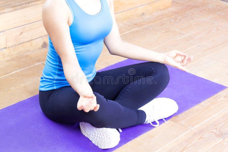 Женщина размышляя и делая йога стоковая фотография