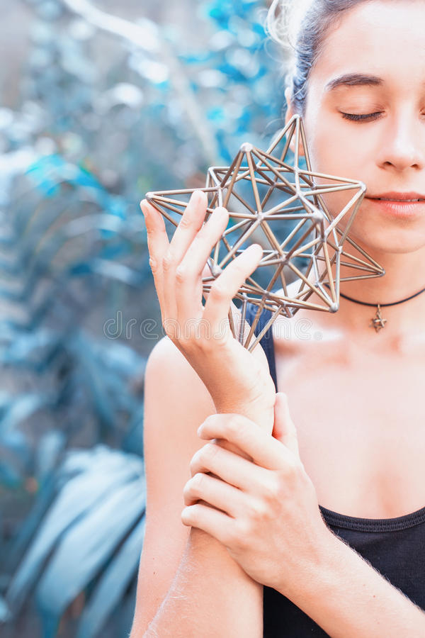 Женщина размышляя на священной геометрии стоковое изображение rf
