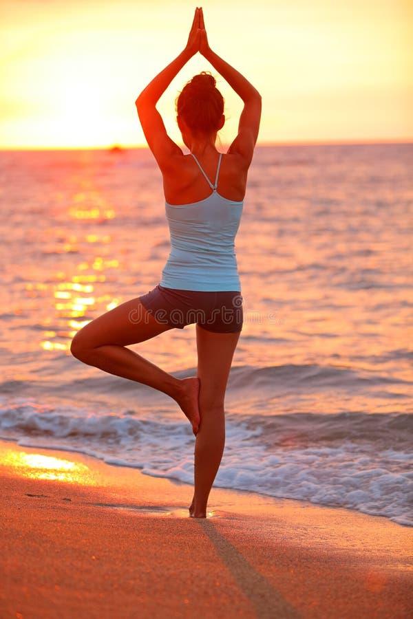 Женщина раздумья йоги размышляя на заходе солнца пляжа стоковая фотография rf