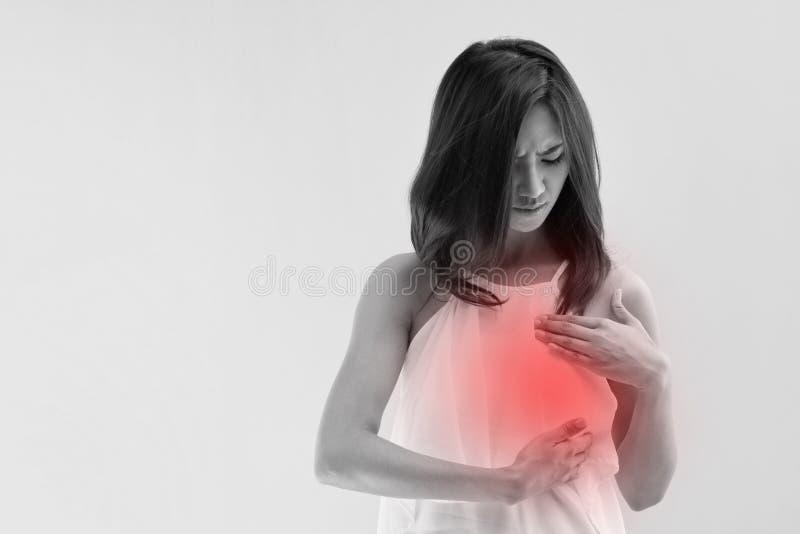 Женщина рака молочной железы рассматривает ее грудь стоковые изображения rf