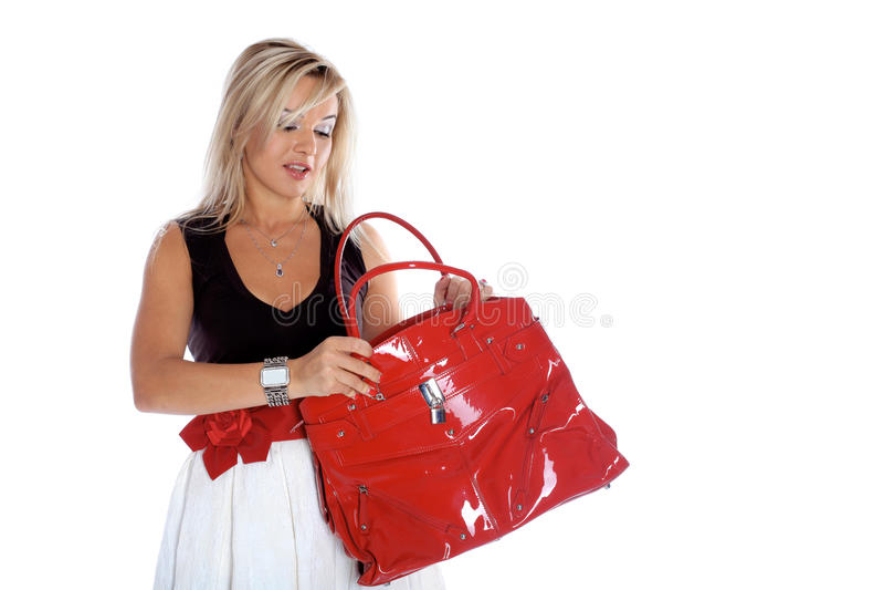 Женщина раскрывая красный мешок изолированный на белизне стоковые изображения rf