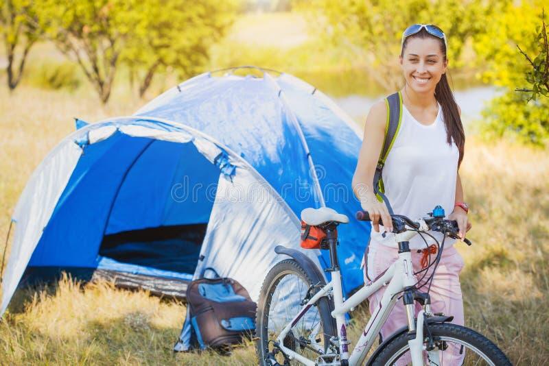 Женщина располагаясь лагерем в парке стоковая фотография